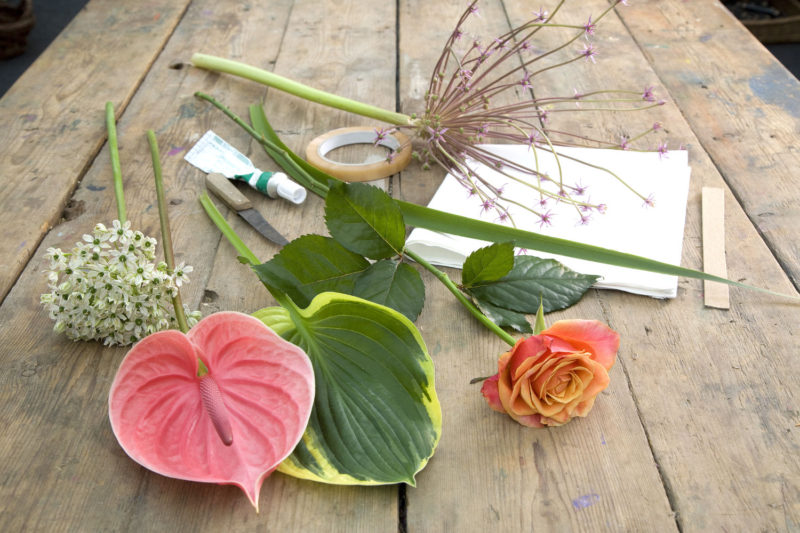 How to use flowers to wrap gifts beautifully