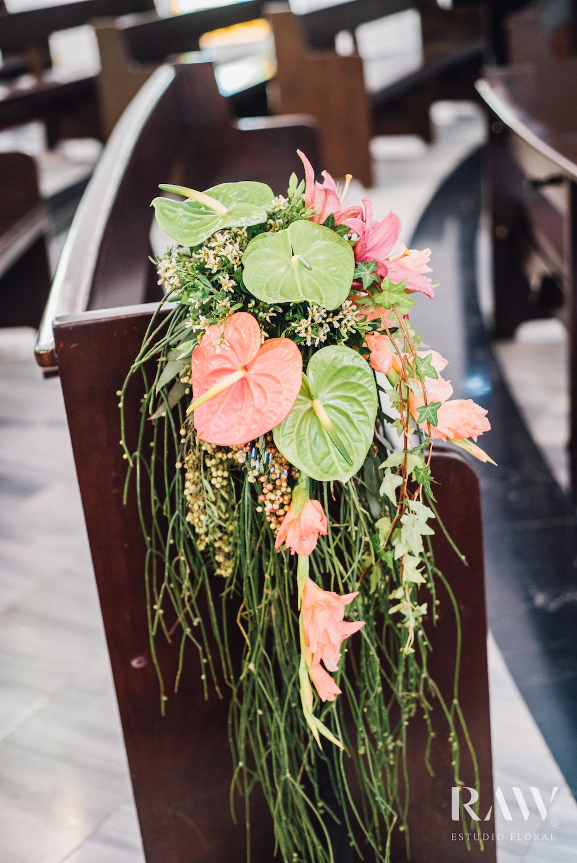Bruiloft bloemen decoratie op stoel
