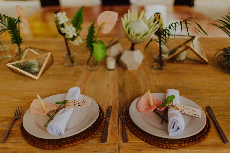 Bruiloft naamkaartjes anthurium bloemen