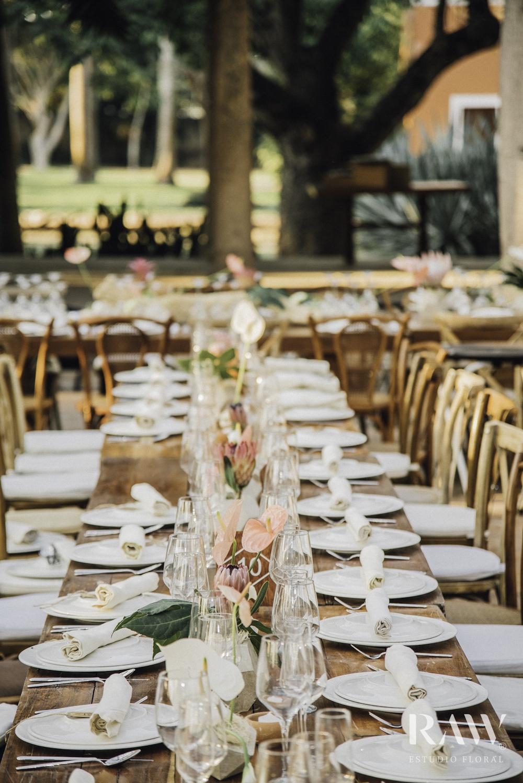 Floral bruiloft met anthurium snijbloemen op tafel