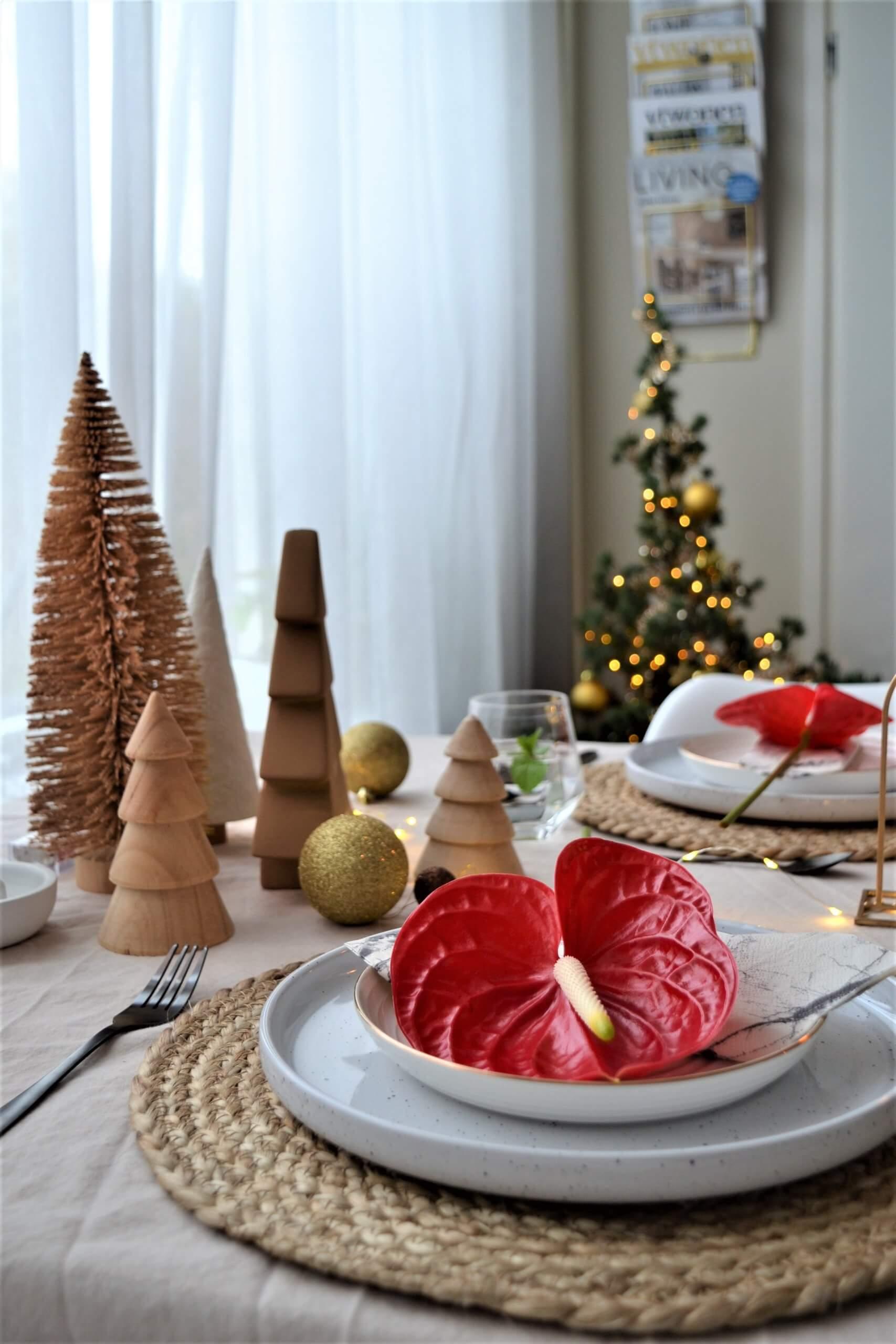 Weihnachtliche Tischdekoration mit roten Anthurien