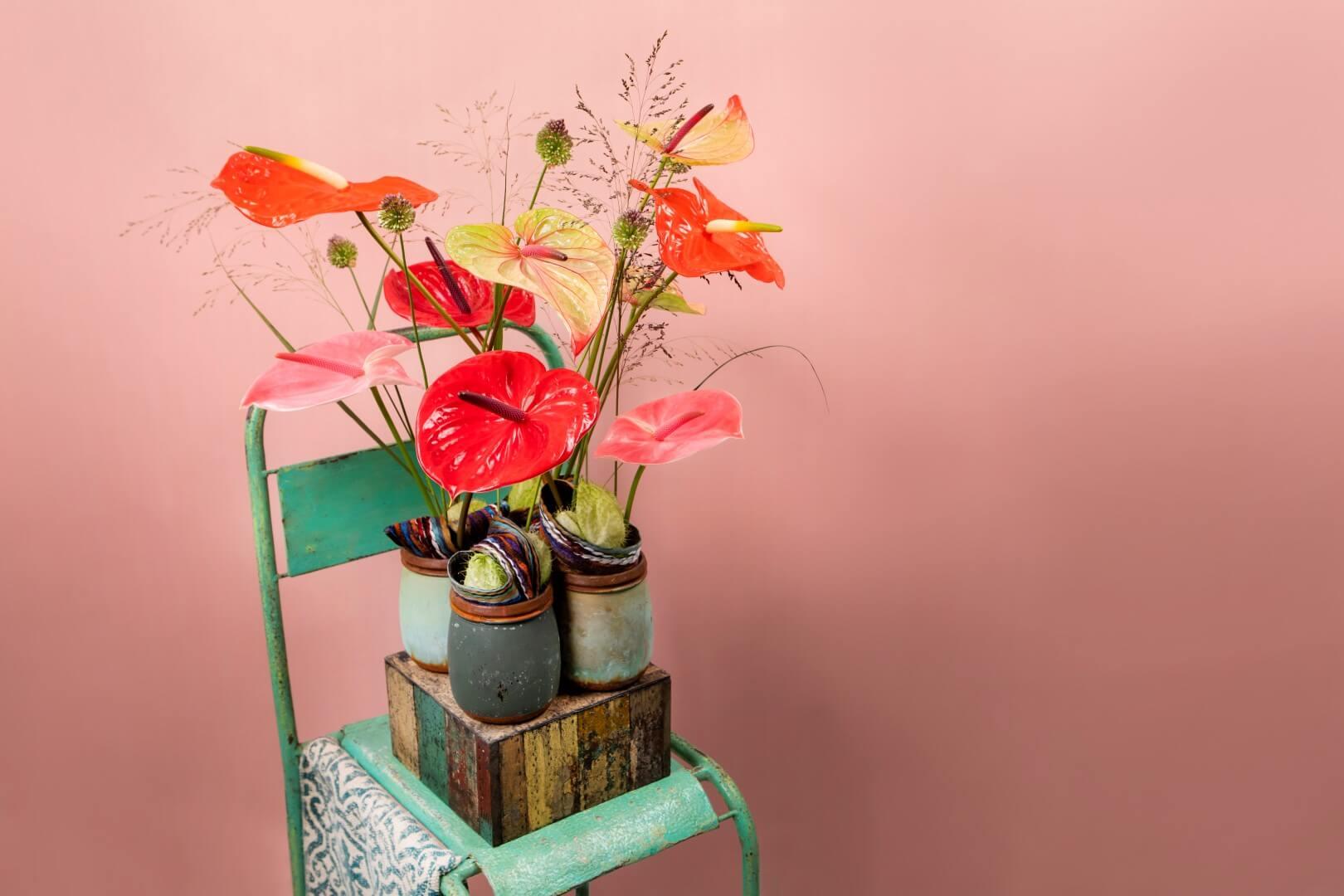 Réaliser une composition printanière colorée avec des anthuriums