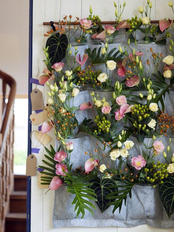 Bloemenwand met lisianthus en anthuriums